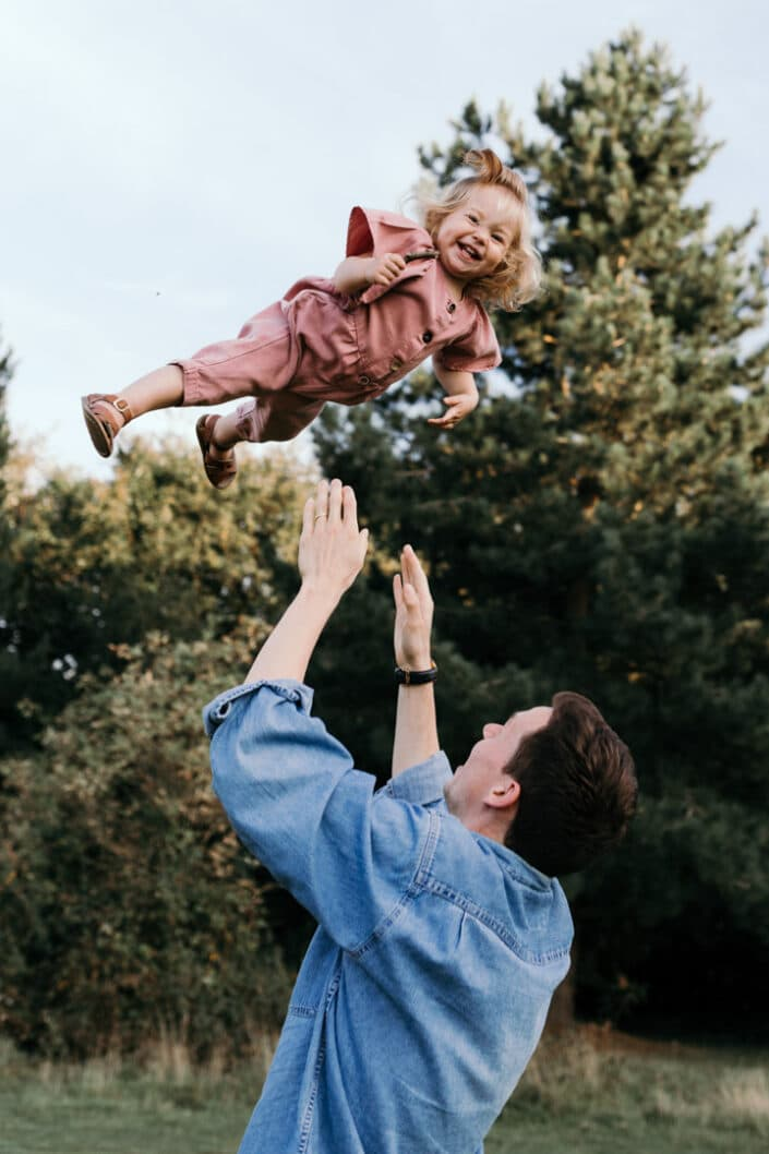 Girl being throw in the air by dad | family lifestyle photography | Ewa Jones Photography